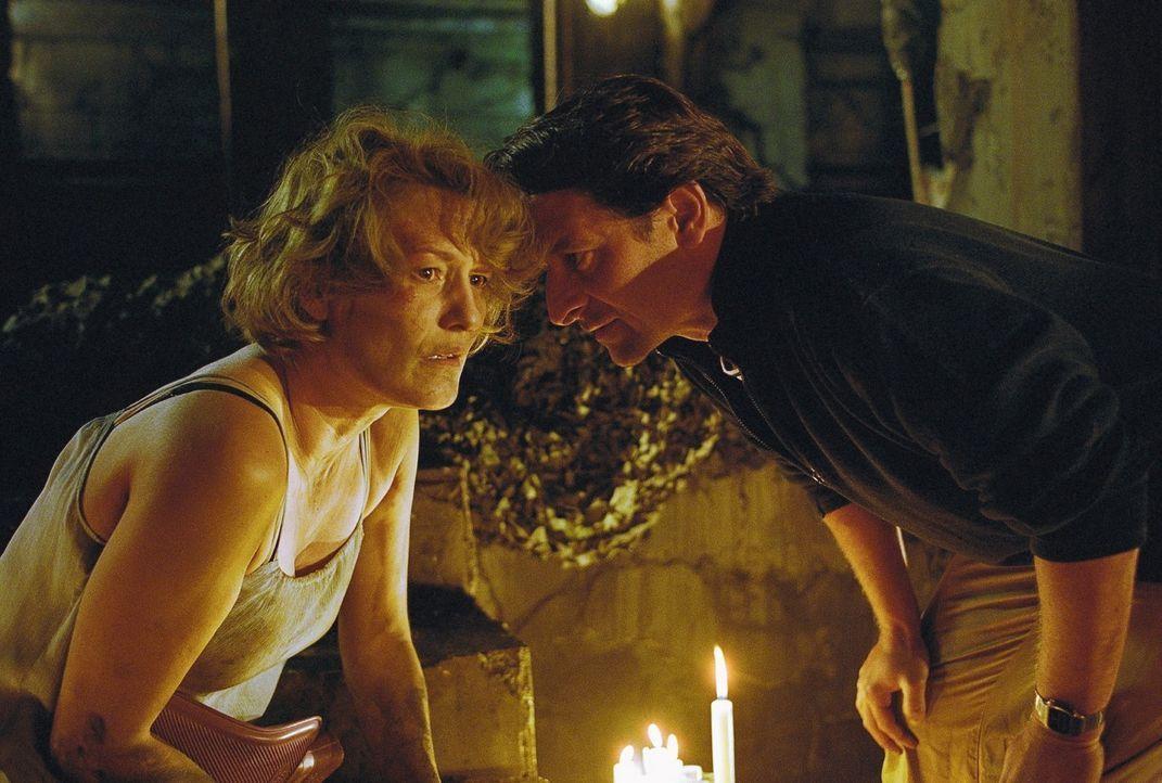 Ellen (Suzanne von Borsody, l.) versteht schnell, dass Leon (Max Tidof, r.) ein intelligenter, aber größenwahnsinniger Psychopath ist, der offenbar... - Bildquelle: Norbert Kuhroeber Sat.1
