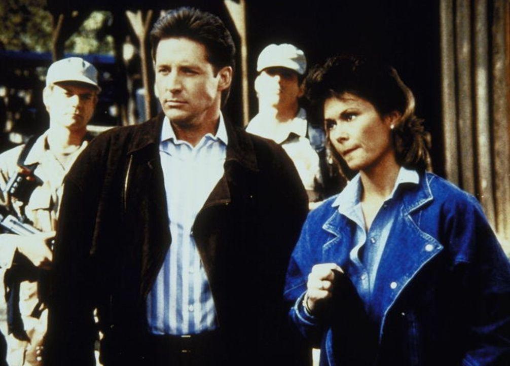 Lee (Bruce Boxleitner, l.) und Amanda (Kate Jackson, r.) sind einem wichtigen Drogenboss auf der Spur. Da stoppt sie der Geheimdienst ...