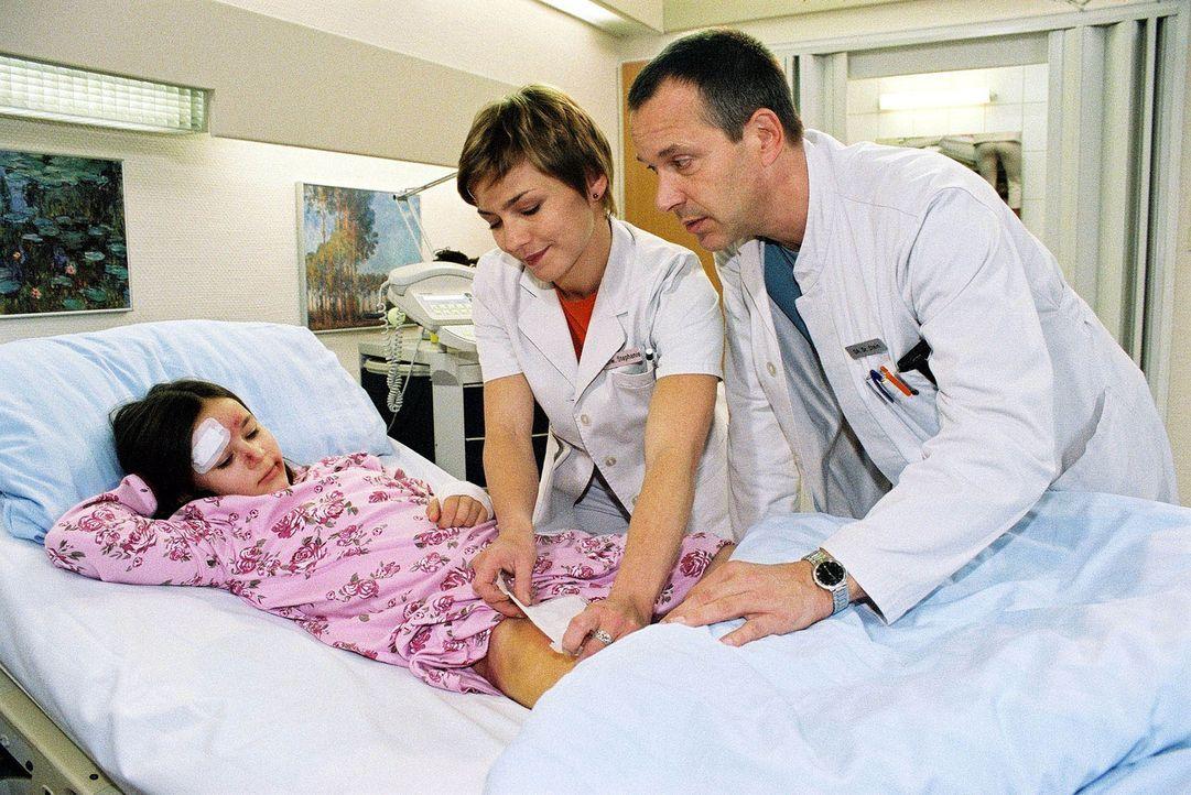 Dr. Stein (Christoph Schobesberger, r.) und Schwester Stephanie (Claudia Schmutzler, M.) haben herausgefunden, warum die kleine Linda (Maria Luise S... - Bildquelle: Monika Schürle Sat.1