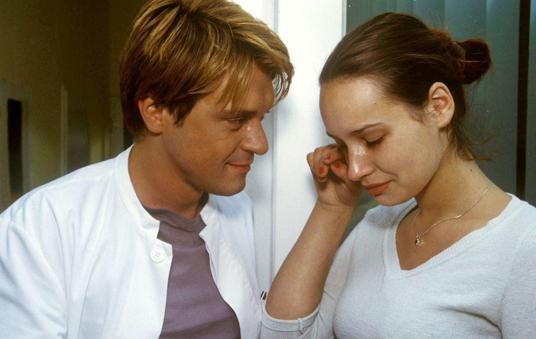 Dr. Ritter (Andreas Maria Schwaiger, l.) beruhigt die völlig aufgelöste Carina (Anna Frenzel, r.). Das Mädchen ist schwanger! Dabei wollte sie sich... - Bildquelle: Christina Kurby Sat.1