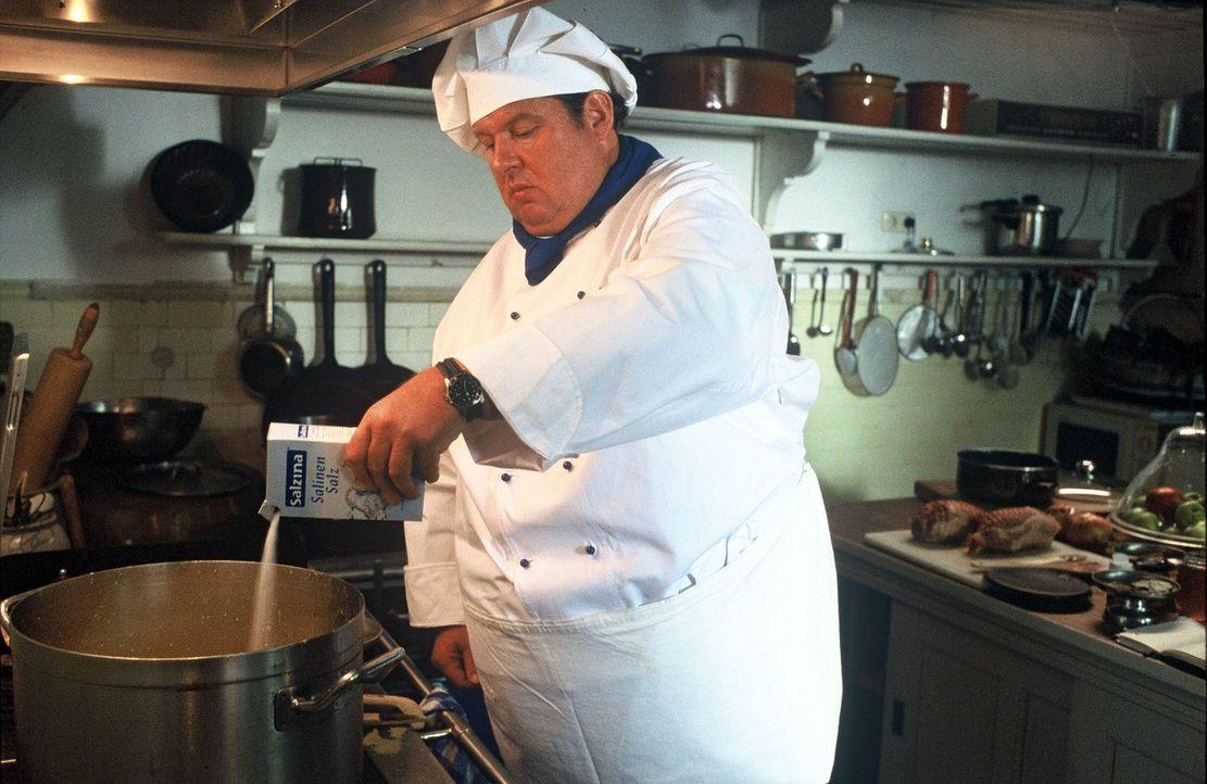 Gottfried Engel (Ottfried Fischer) schleust sich als Koch in das Heim ein, um intensiv recherchieren zu können. - Bildquelle: Krumwiede SAT.1 / Krumwiede