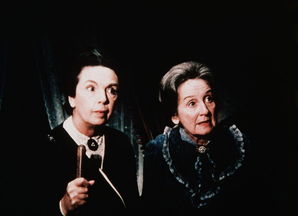 Als in Waltons Mountain ein Meteorit niedergeht, löst dies bei den Menschen die unterschiedlichsten Reaktionen aus: Miss Emily (Mary Jackson, l.) un... - Bildquelle: WARNER BROS. INTERNATIONAL TELEVISION