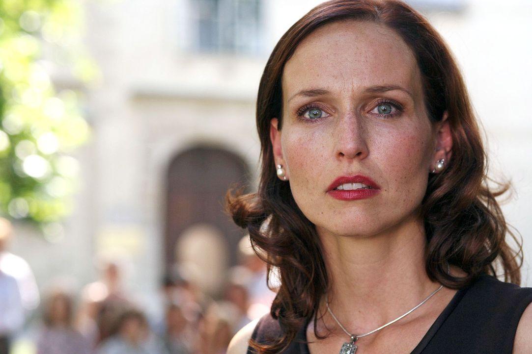 Geschockt blickt Juliane (Beate Maes) in die Richtung, aus der ein Schuss kam. Was ist mit ihrem Mann Sebastian? - Bildquelle: Petro Domenigg Sat.1