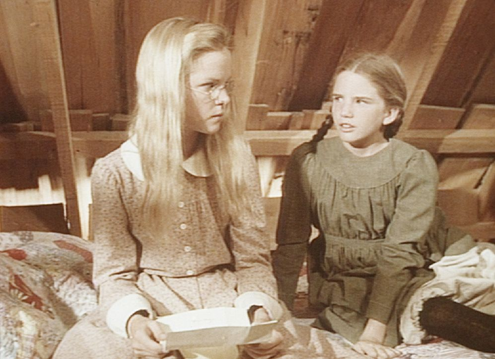Laura (Melissa Gilbert, r.) lässt ihrer Schwester Mary (Melissa Sue Anderson, l.) keine Ruhe. Die weigert sich jedoch, den Brief ihres Verlobten lau... - Bildquelle: Worldvision