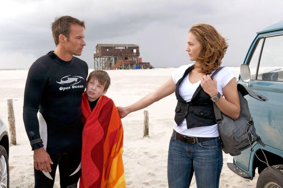Katja (Sonsee Neu, r.) holt Lasse (Lukas Schust, M.) am Strand ab. Sie wußte nicht, dass er mit Nick (Marco Girnth, l.) zum Surfen ist. - Bildquelle: Stefan Erhard Sat.1