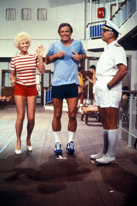 (4. Staffel) - Für die Gäste, wie auch die Besatzung um Kapitän Merill Stubing (Gavin MacLeod, r.), ist der Aufenthalt auf der Pacific Princess imme... - Bildquelle: CBS Studios Inc. All Rights Reserved.