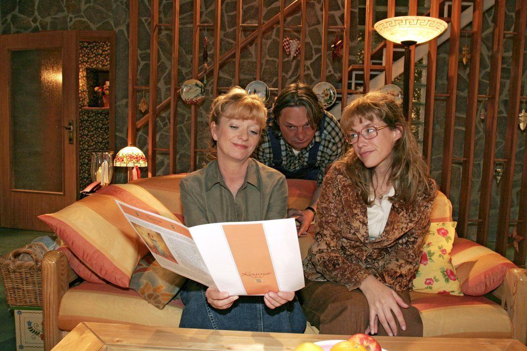 Lisa (Alexandra Neldel, r.) ist glücklich, dass sie von Mariella vor allen Mitarbeitern in der Firma gelobt wurde. Helga (Ulrike Mai, l.) und Bernd... - Bildquelle: Noreen Flynn Sat.1