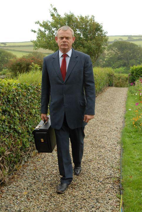 Die Nachricht von Doc Martins (Martin Clunes) und Louisas Verlobung verbreitet sich dank Postbote Dave wie ein Lauffeuer. Doch der einzige freie Ter... - Bildquelle: BUFFALO PICTURES/ITV