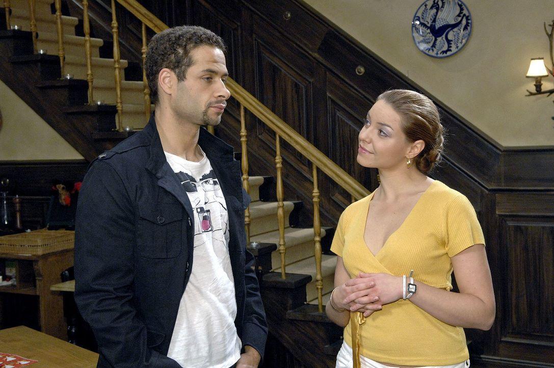 Katja (Karolina Lodyga, r.) erzählt Jannick (Mike Adler, l.) von Annas Kuss mit Jonas. - Bildquelle: Claudius Pflug Sat.1