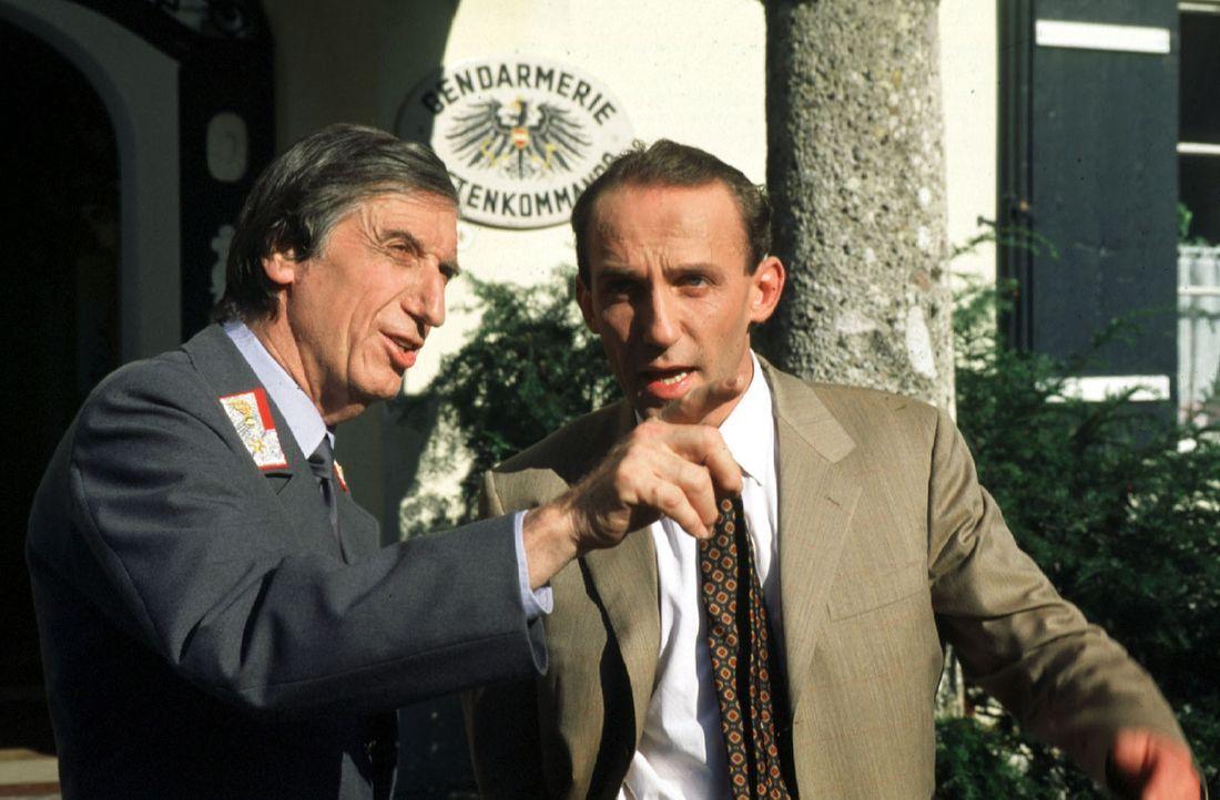 Der Postenkommandant Fuchs (Herbert Fux, l.) ist sicher: Die Mafia ist im Salzkammergut! Wortreich versucht er, Stockinger (Karl Markovics, r.) den... - Bildquelle: Hermann Huber Sat.1