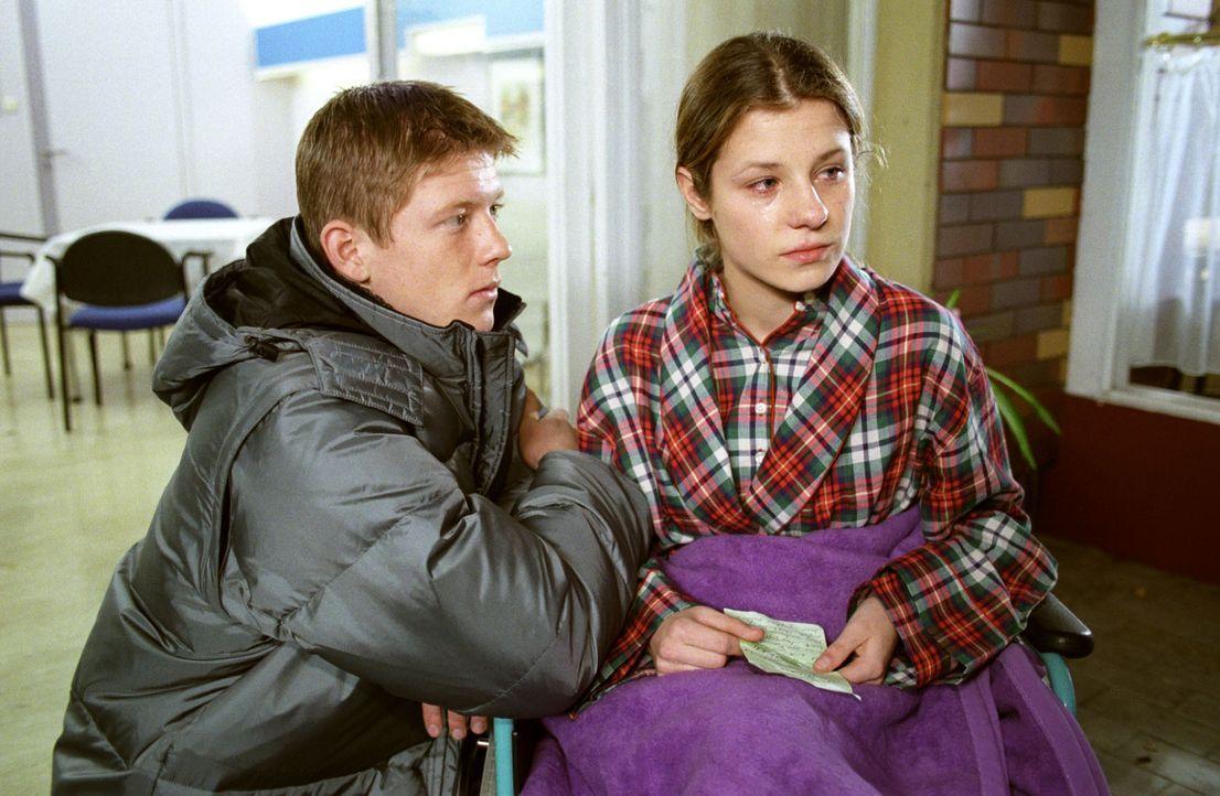 Ronny (Oliver Gruber, l.) und Jule (Ina-Marie Frevert, r.) sind ineinander verliebt, doch ihre Eltern sind gegen die Verbindung. In ihrer Verzweiflu... - Bildquelle: Noreen Flynn Sat.1