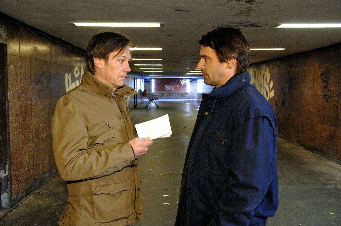 Armin (Rainer Will, l.) bezahlt Jaecki (Uli Drewes, r.) nicht die Summe, die der gefordert hat, um den Aufenthaltsort von Ingo zu preiszugeben... - Bildquelle: Claudius Pflug Sat.1