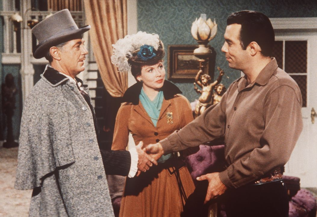 Lord Dunsford (Edward Ashley, l.) und seine Frau Lady Beatrice (Hazel Court, M.) werden von Adam Cartwright (Pernell Roberts, r.) in Virginia City w... - Bildquelle: Paramount Pictures