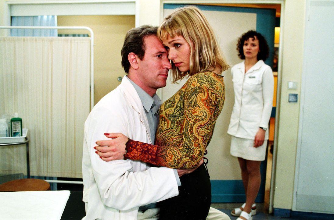 Stefanny (Julia Hentschel, r.) überrascht ihren Freund Dr. Forch (Stefan Walz, l.) mit ihrer besten Freundin Billie (Jana Hora, M.) in einer recht e... - Bildquelle: Noreen Flynn Sat.1