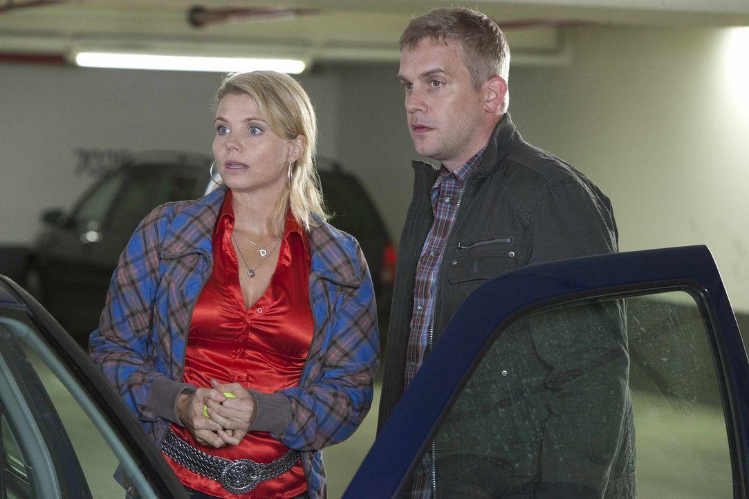 Danni (Annette Frier, l.) hilft wo sie kann. Security-Mann Sven (Sebastian Bezzel, r.) ist von ihr und ihrem Können beeindruckt ... - Bildquelle: Frank Dicks SAT.1