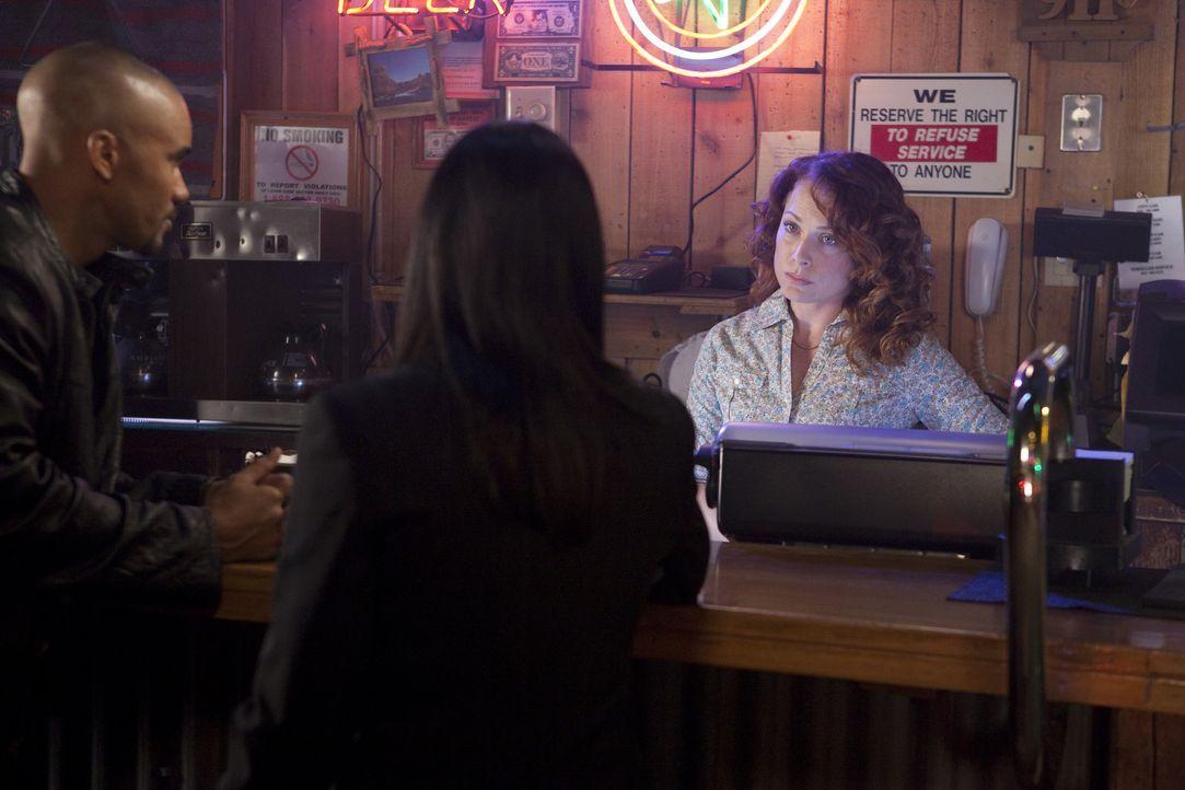 Derek (Shemar Moore, l.) und Prentiss (Paget Brewster, M.) hoffen auf Informationen von Betty (Scarlett McAlister, r.) ... - Bildquelle: Adam Rose 2010 ABC Studios. All rights reserved. / Adam Rose