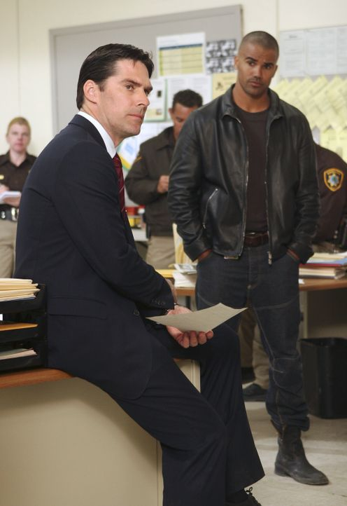 Auf der Suche nach einem gefährlichen Serienmörder: Hotch (Thomas Gibson, l.) und Derek (Shemar Moore, r.) ... - Bildquelle: Monty Brinton 2006 Touchstone Television. All rights reserved. NO ARCHIVE. NO RESALE.