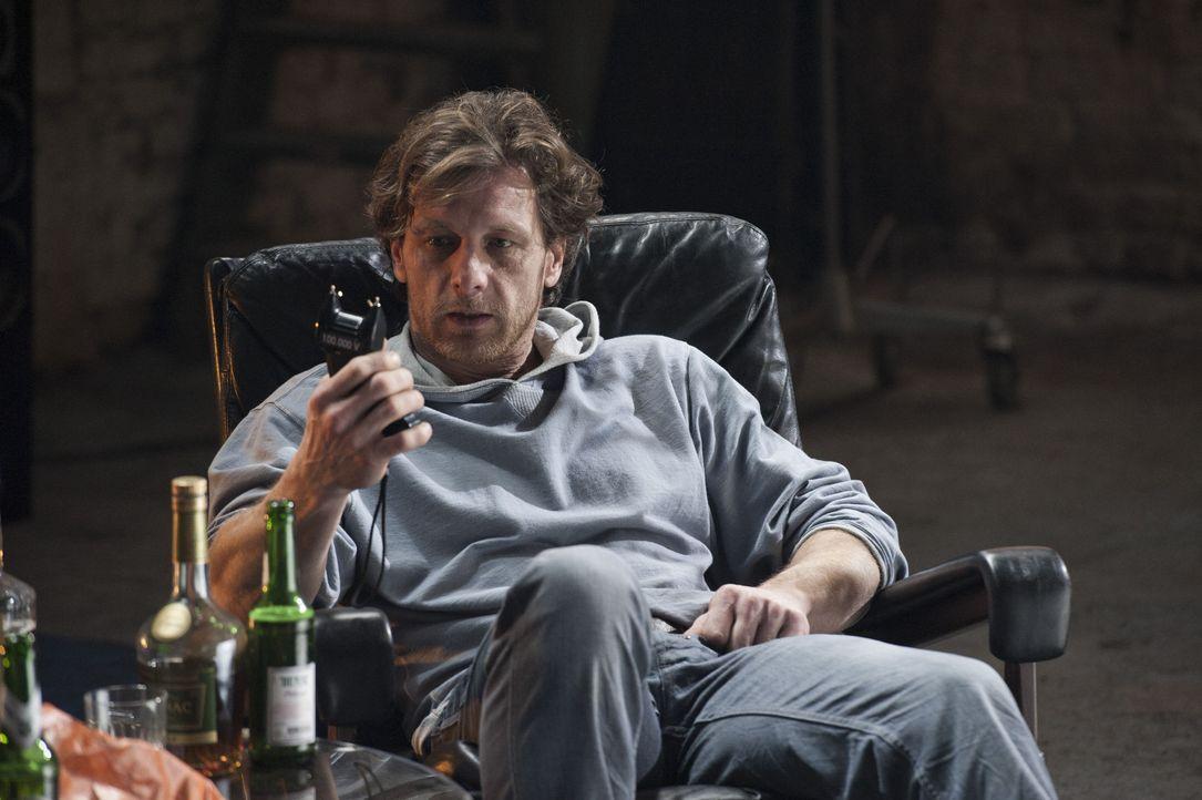 Während der Ermittlungen in einem neuen Mordfall trifft Mick auf Bernie Schaller (Hendrik Duryn), den Bewährungshelfer des Toten. Er ahnt nicht, das... - Bildquelle: Martin Rottenkolber SAT.1 / Martin Rottenkolber