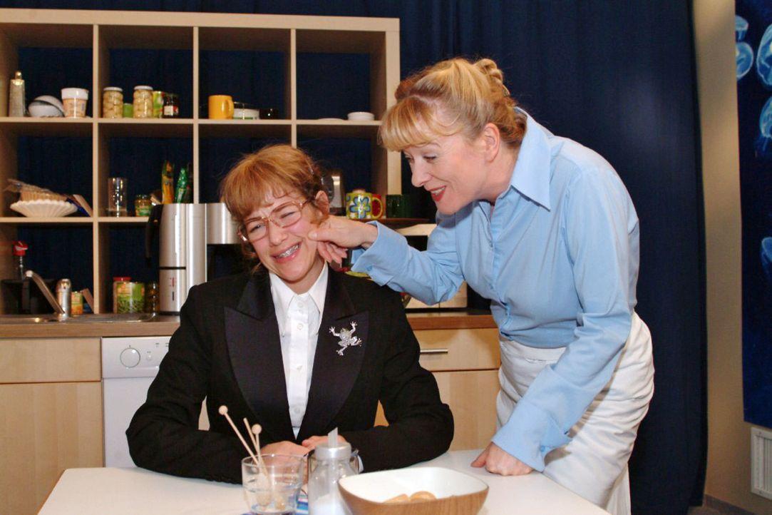 Helga (Ulrike Mai, r.) versucht Lisa (Alexandra Neldel, l.) gut gemeinte Tipps für ihr anstehendes TV-Interview zu geben. (Dieses Foto von Alexandra... - Bildquelle: Noreen Flynn Sat.1