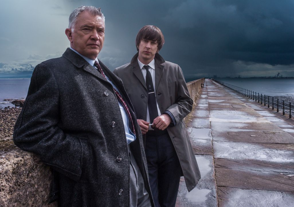 Für die Kommissare Gentyl (Martin Shaw, l.) und Bacchus (Lee Ingleby, r.) ziehen dunkle Wolken auf, als sie beide für Taten beschuldigt werden, die... - Bildquelle: ALL3MEDIA & Company Pictures