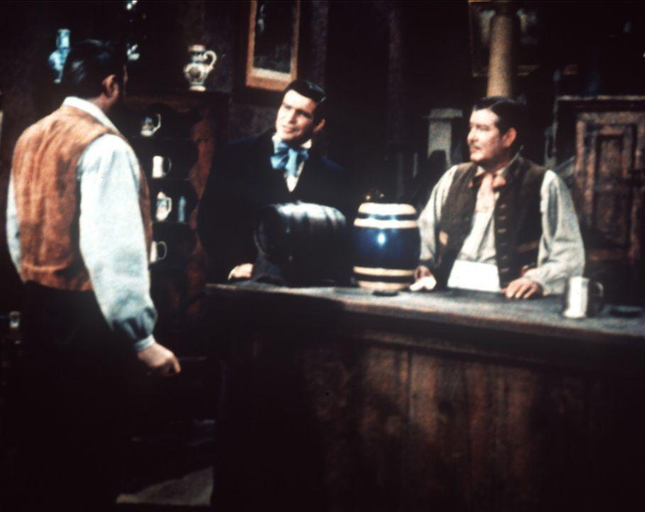 Die gefürchtete Morgan-Bande plant einen Angriff auf Ben Cartwright. Dennoch bemüht sich Hoss (Dan Blocker, l.) vergeblich, unter den Bürgern der St... - Bildquelle: Paramount Pictures