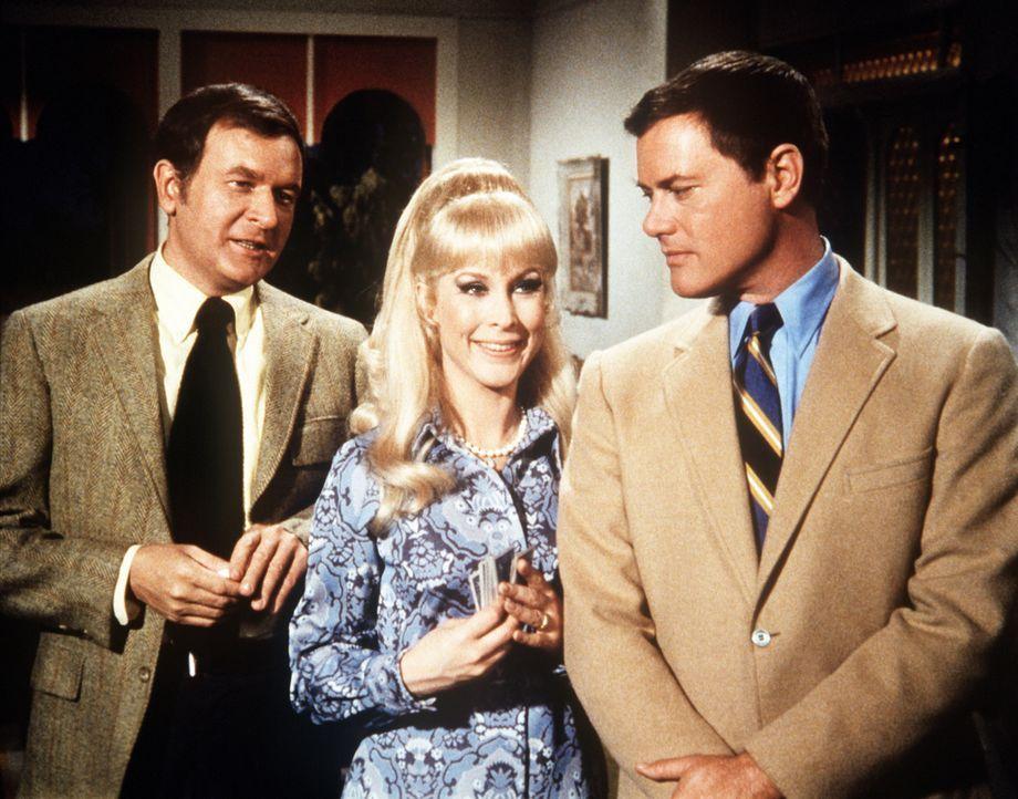 Roger (Bill Daily, l.) und Tony (Larry Hagman, r.) erwarten mit Jeannie (Barbara Eden, M.) ihre Vorgesetzten zum Pokerspiel. - Bildquelle: Columbia Pictures