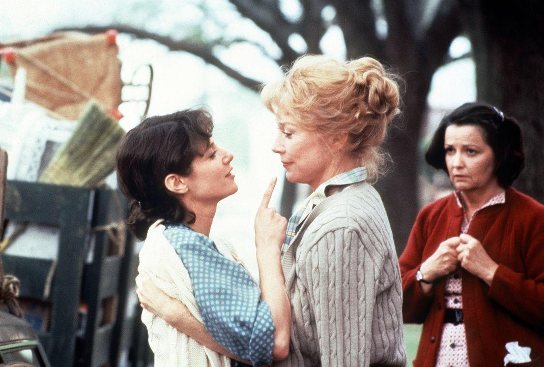 Schließlich wird aus der Hassliebe zwischen Emma (Debra Winger, l.) und ihrer Mutter Aurora (Shirley MacLaine, M.) doch noch wahre Freundschaft ... - Bildquelle: Paramount Pictures