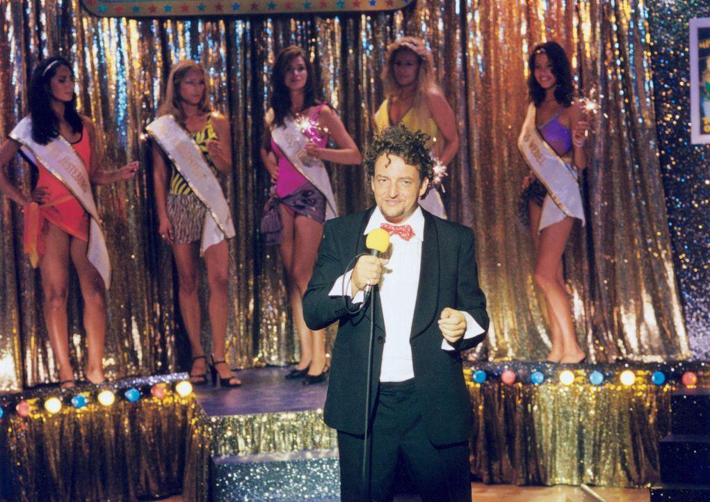 Der Moderator der Miss Hansa Wahl (Marco Rima) hat ganz eigene Kriterien für die Miss-Wahl. Haben Stella und ihre Freundin Inga überhaupt eine Chanc... - Bildquelle: Wolfgang Meier Sat.1