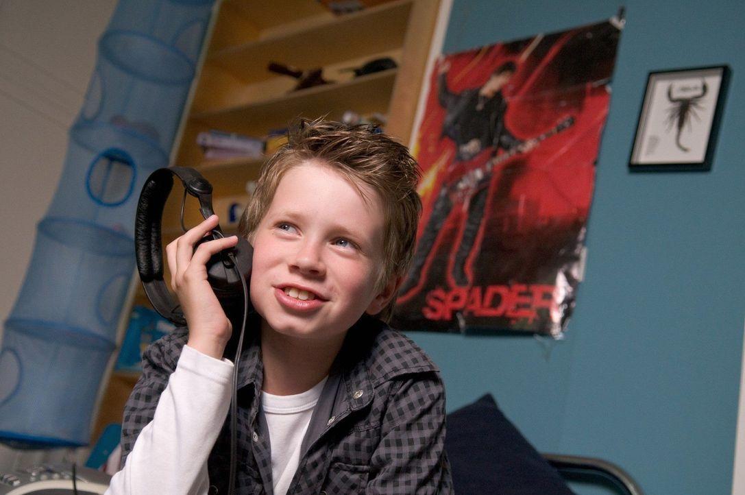 Lasse (Lukas Schust) ist überzeugt, dass der amerikanische Rockmusiker Dylan Spader sein Vater ist. - Bildquelle: Stefan Erhard Sat.1