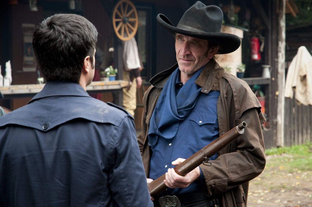 """Cowboy Tobias Henf (Jochen Nickel, r.) lebt nur für """"Lubbock Town"""". Andreas (Maximilian Grill, l.) kann diese Leidenschaft nur schwer verstehen, wäh... - Bildquelle: Martin Rottenkolber SAT.1"""
