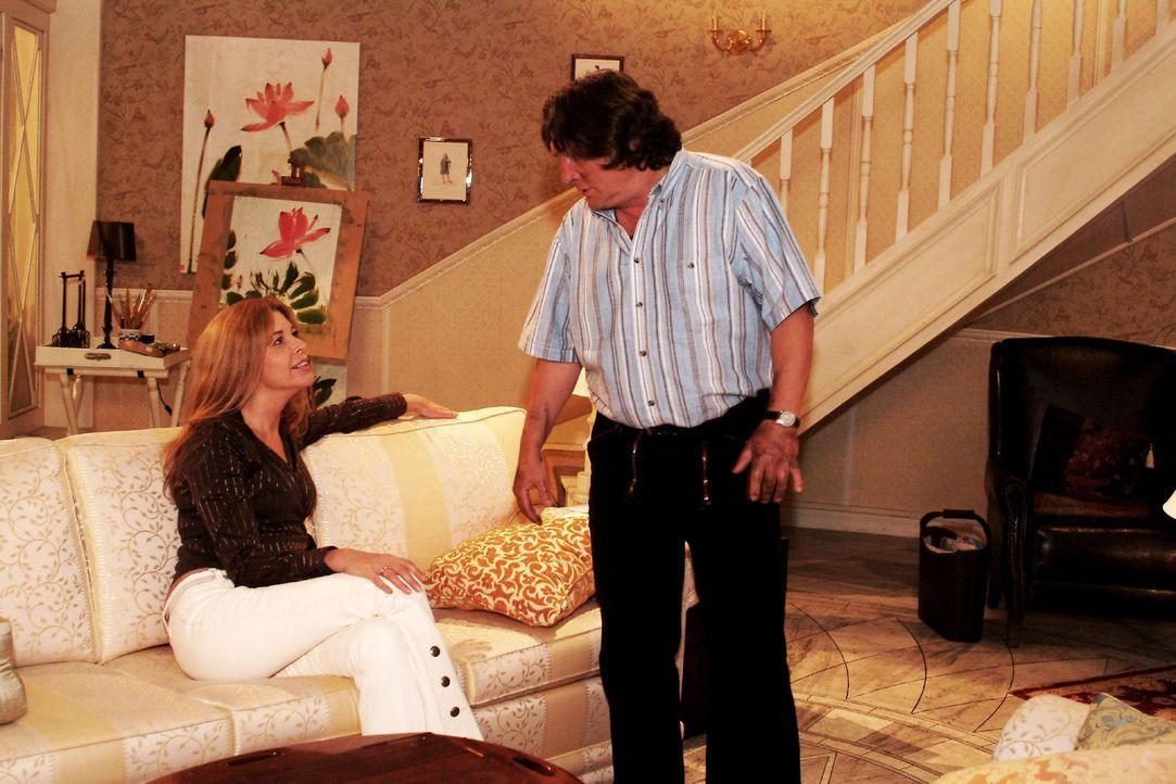 Seiner charmanten Chefin Laura (Olivia Pascal, l.) kann Bernd (Volker Herold, r.) keine Bitte abschlagen - allerdings vergisst er darüber eine Verab... - Bildquelle: Monika Schürle Sat.1