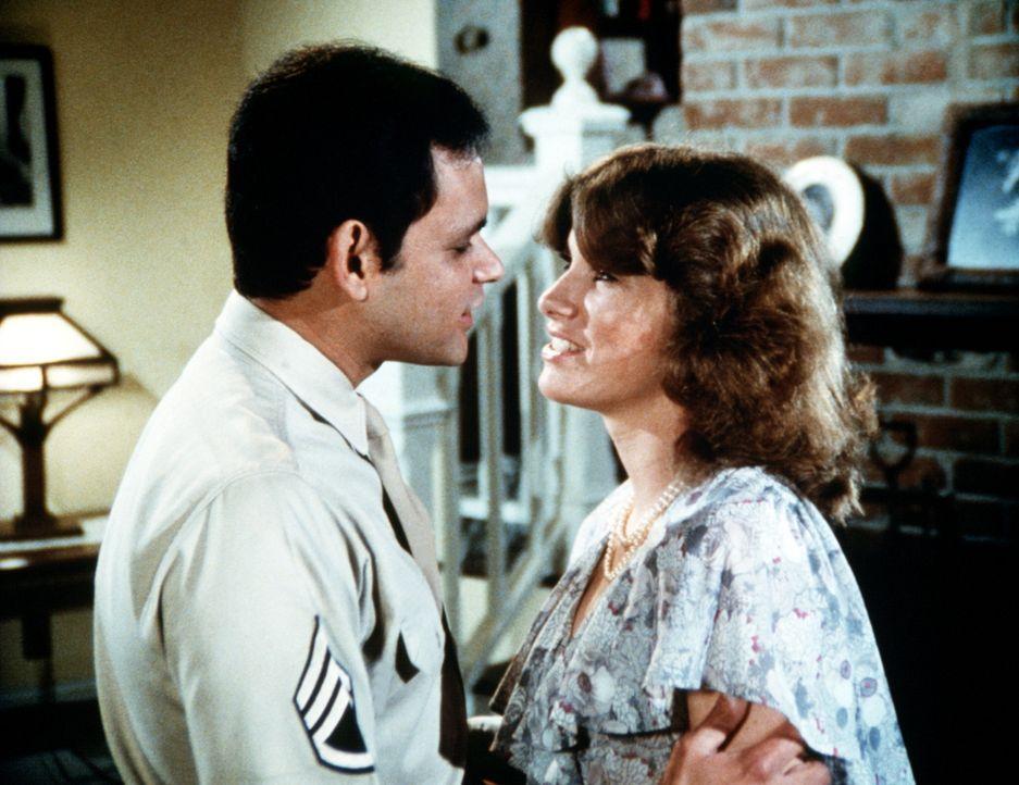 Es dauert nicht lange und Mary Ellen (Judy Taylor, r.) verliebt sich in Eddie (Enrique Castillo, l.) ... - Bildquelle: Worldvision Enterprises, Inc.