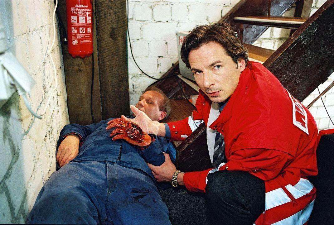 Dr. Meier-Liszt (David C. Bunners, r.) wird zu dem verletzten Herrn Prosske (Karl Kranzkowski, l.) gerufen, der sich seine Hand zerschlagen hat. - Bildquelle: Noreen Flynn Sat.1