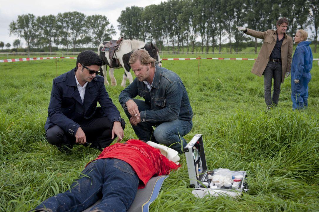 Im ländlichen Essen-Schuir wird Klaus Wollert - wie Meisner (Robert Lohr, 2.v.l.) schon sehr bald erkennt - aus großer Distanz vom Pferd geschossen.... - Bildquelle: Martin Rottenkolber SAT.1
