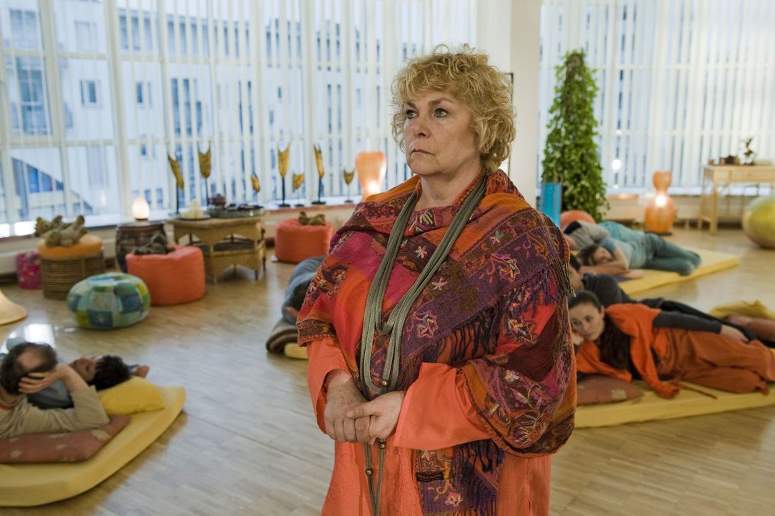Gitta (Dagmar Biener) kann nicht glauben, dass ausgerechnet auf einer ihrer Kuschelpartys eine junge Frau ermordet wurde ... - Bildquelle: Martin Rottenkolber SAT.1