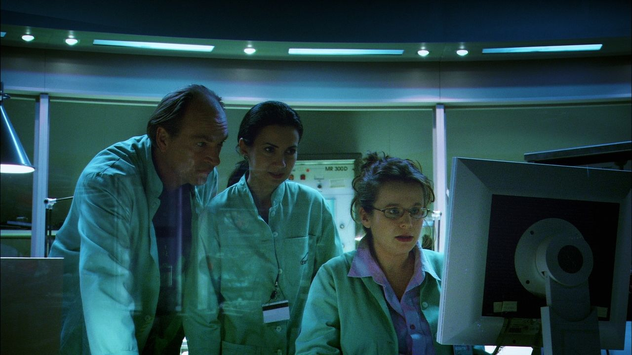 Wissenschaftler Carlo Bennatti (Herbert Knaup, l.) und seine Kollegin Marie Vega (Emily Watson, r.) stehen kurz vor einem Durchbruch! Der Prototyp e... - Bildquelle: MFA+Filmdistribution