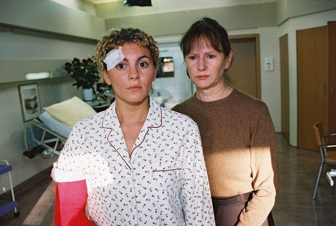 Katrin (Luise Bähr, l.) ist geschockt, als Martins Mutter Erika (Claudia Loerding, r.) ihr von der Mukoviszidose-Erkrankung ihres Sohnes erzählt ... - Bildquelle: Monika Schürle Sat.1