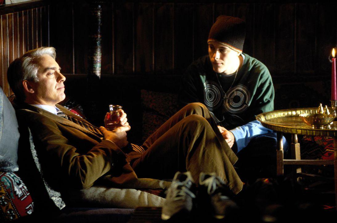 Felix (Christoph M. Ohrt, l.) hat einen neuen Mandanten, Murat (Tristano Casanova, r.). Dem jungen Sprayer droht eine Gefängnisstrafe ... - Bildquelle: Hardy Spitz Sat.1