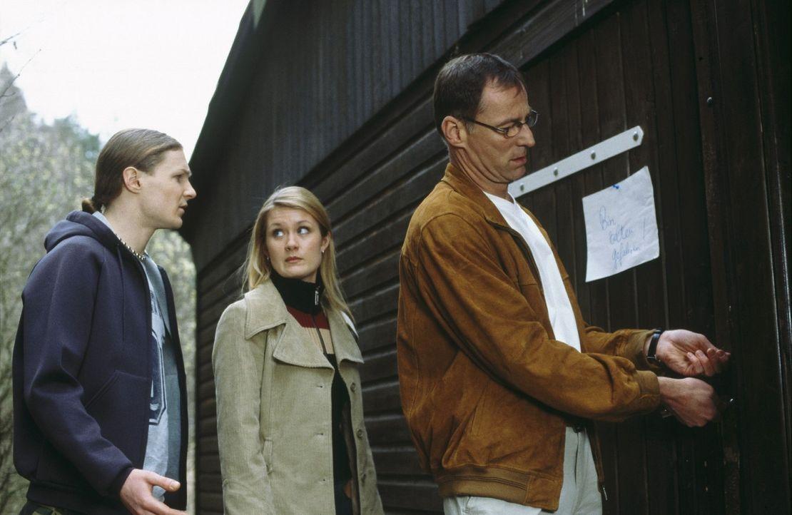 Ellens Ex-Mann Thomas (Thomas Schendel, r.), Tochter Lena (Pauline Knof, M.) und Sohn Michael (Sebastian Reznicek, l.) sind auf der Suche nach Ellen. - Bildquelle: Norbert Kuhroeber Sat.1