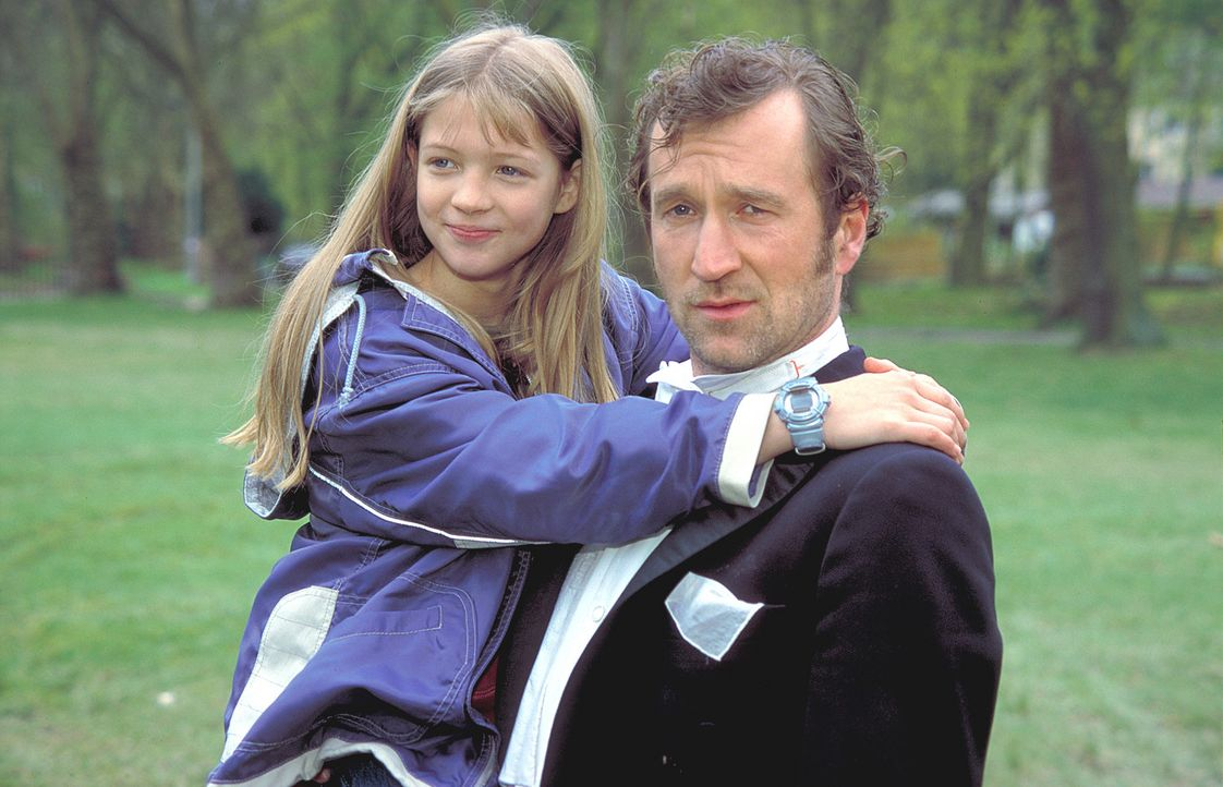 Für Anna (Nadine Fano, l.) ist Lennard (Peter Lohmeyer, r.) ein toller Vater. Vor allem seit ein Elefant bei ihm wohnt ... - Bildquelle: Leslie Haslam ProSieben