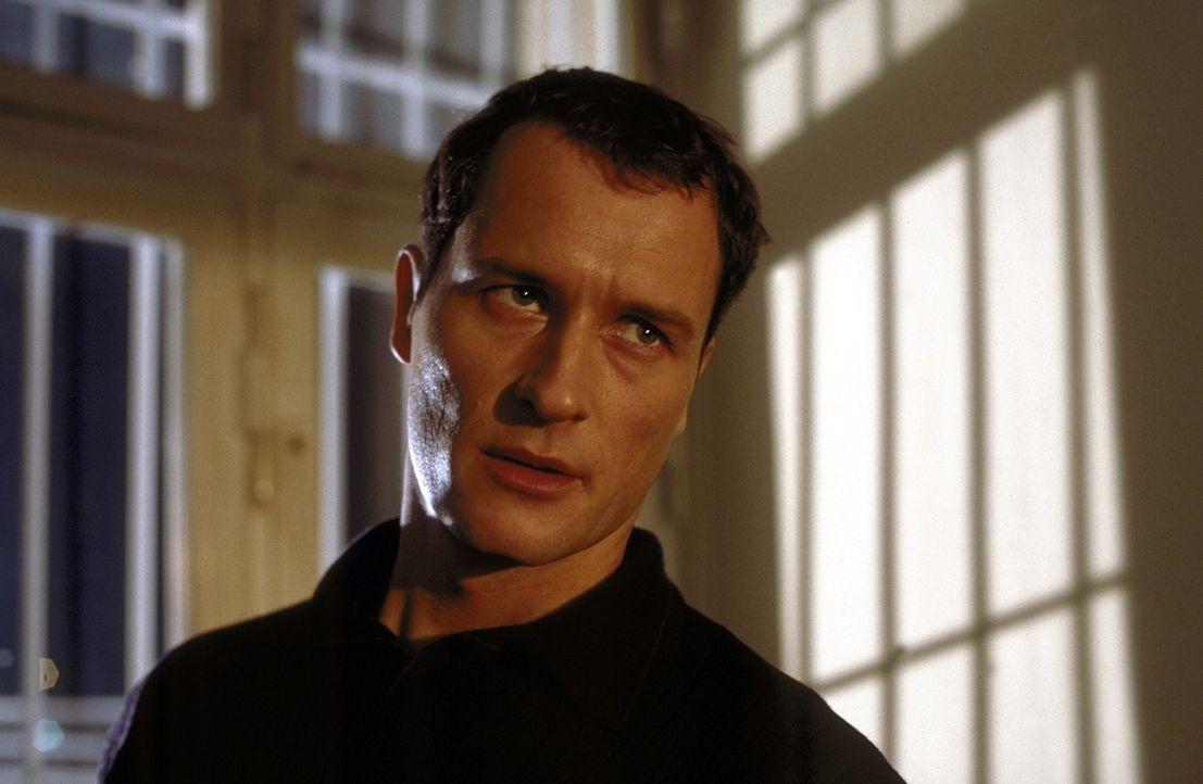 Um einer Gefängnisstrafe entgehen zu können, spielt Heinz Fiedler (Markus Knüfken) die typischen Symptome einer paranoiden Schizophrenie. Schon bald... - Bildquelle: Norbert Kuhroeber ProSieben