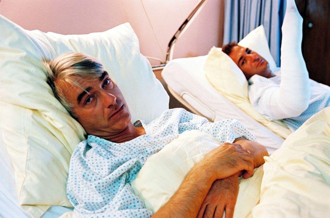 Nach dem Unfall mit dem Ferrari werden Felix (Christoph M. Ohrt, l.) und Otto (Hasan Ali Mete, r.) ins Krankenhaus gebracht. Felix ist immer noch fe... - Bildquelle: Hardy Spitz Sat.1