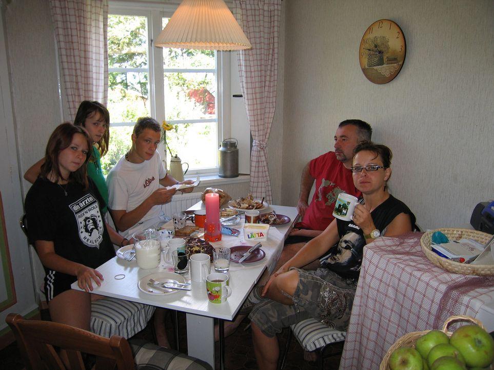 Vater Mario Purann (43) lebt schon seit einem dreiviertel Jahr Schweden. Nun soll Ehefrau Martina Purann (37) und die Töchter Iris (11) und Anne-Kat... - Bildquelle: kabel eins