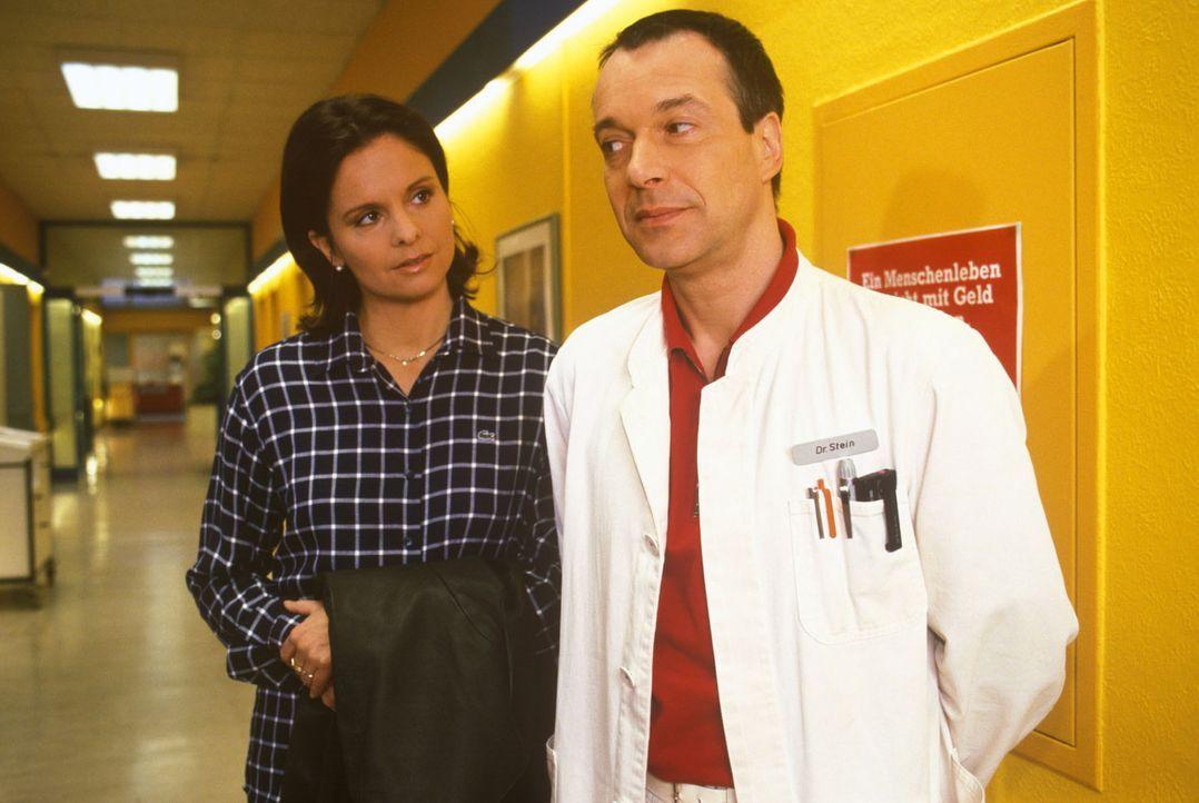 Die neue Ärztin Dr. Marian (Sylvia Vas, l.) greift nicht nur vorschnell ins medizinische Geschehen ein, sondern versucht auch privat mit Dr. Stein (... - Bildquelle: Noreen Flynn Sat.1
