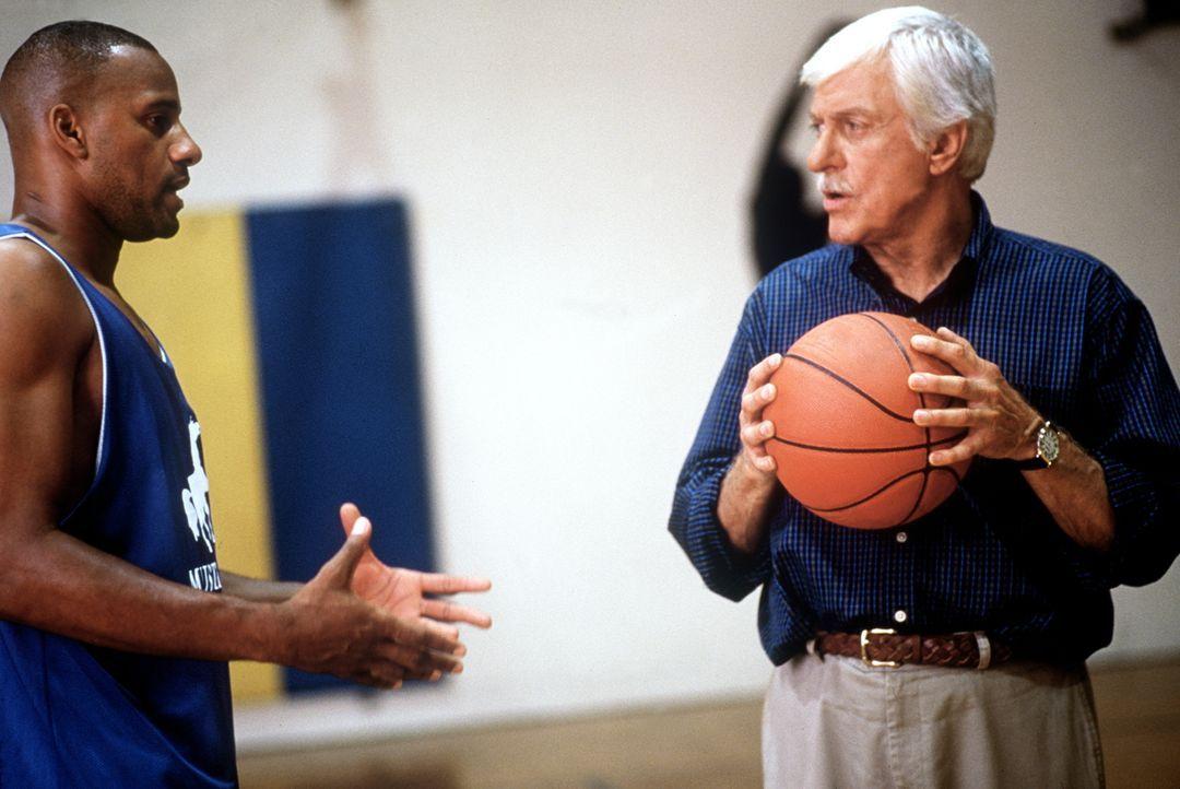 Dr. Mark Sloan (Dick Van Dyke, r.) im Gespräch mit Charles O'Bannon (Charles O'Bannon, l.), dem Superstar im Basketball. - Bildquelle: Viacom