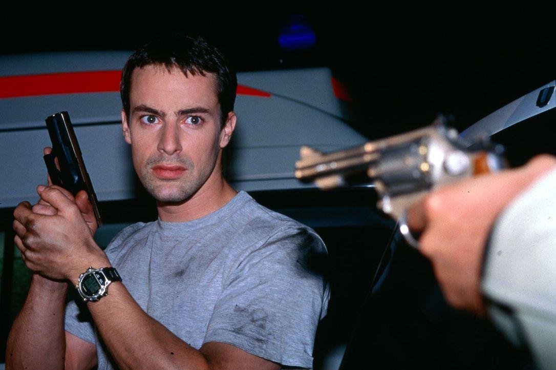 Brandtner (Gedeon Burkhard) im gefährlichen Einsatz ... - Bildquelle: Ali Schafler Sat.1