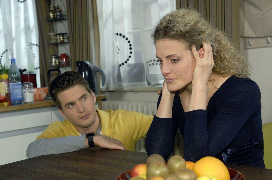 Lars (Alexander Klaws, l.) ist fassungslos, als die verzweifelte Maja (Barbara Lanz, r.) ihm seine Vaterschaft bestätigt ... - Bildquelle: Claudius Pflug Sat.1