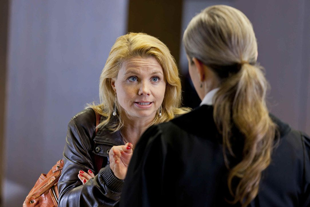 Versucht alles, um ihren Mandanten Manuel Berger zu helfen: Danni Lowinski (Annette Frier, l.) ... - Bildquelle: Frank Dicks SAT.1