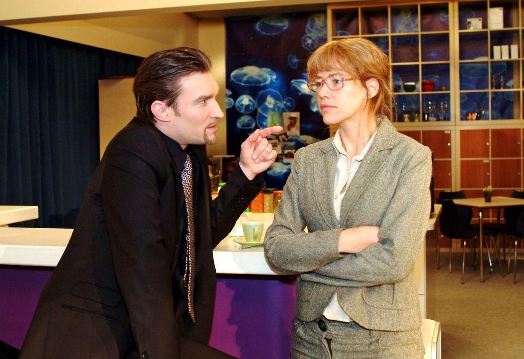 Lisa (Alexandra Neldel, r.) versucht Richard (Karim Köster, l.) eine Falle zu stellen, um herauszufinden, ob er hinter der Entführung von David stec... - Bildquelle: Monika Schürle Sat.1