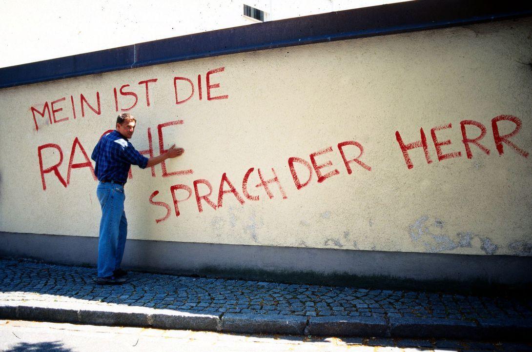 Der beliebte Pfarrer Martin Petermeier (Christian Tramitz) wird bedroht. Wer will ihm Böses? - Bildquelle: Magdalena Mate Sat.1